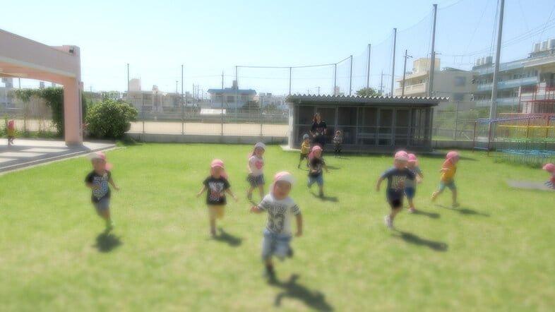 園庭で遊ぶ園児